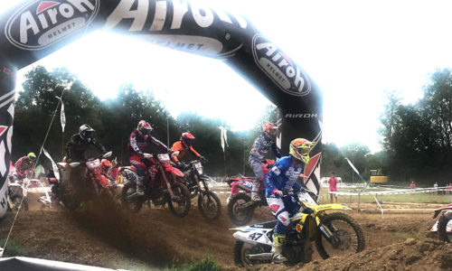 motociclisti in gara all'enduro