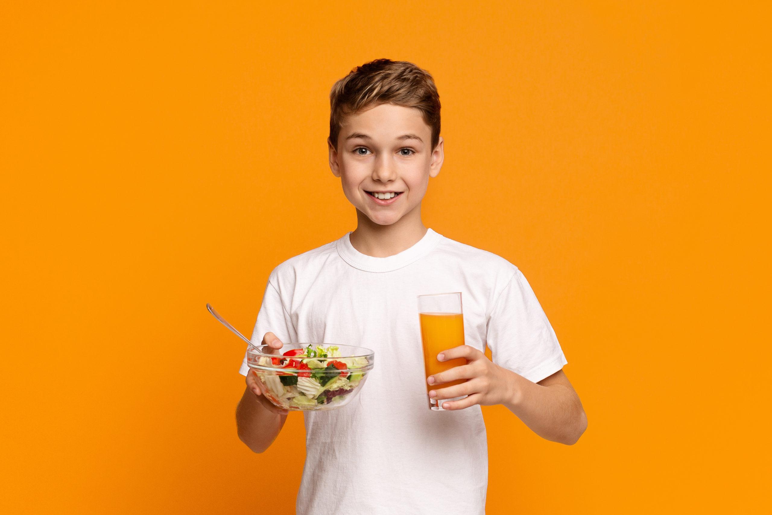 immagine ragazzo con succo e verdura