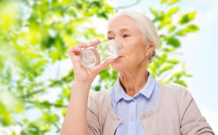 Coinvolgere il personale e i familiari in momenti di idratazione per gli anziani